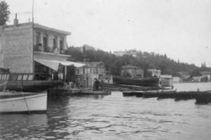 1923 Lokal önünde bağlı tekneler