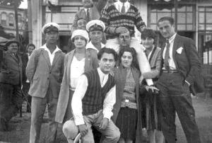 1928 Bebekte lokalin önünde Talat Yüzmen, Sevim Şamlı, Şeref Hüsam, Ahmet Cemal, Kamuran Cemal, ..., Hayri Tokatlıoğlu, omuzda Aslan Nihat