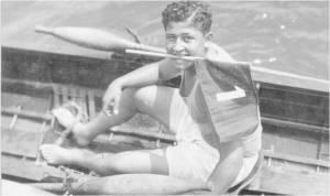1929 Meşhur Denizcimiz Nevin Hassan 1929 yılında bir Tek çifte yarışını kazanıp Birincilik bayrağını aldıktan sonra