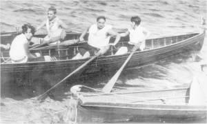 1930 yılında Bebek' te bir antrenman. Öndeki iki çifte Bayanlar'da Rus asıllı Bayan Hellen Paolinoj hamlada. Arkada görünen tek çifte Erkeklerde Emin Dırvana