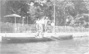 1930 yılında Haluk Sadak - Cengiz Kut iki çiftesi Bebek ' te Bebek Belediye Bahçesinin Gazinosunun rıhtımına yanaşmış durumda.