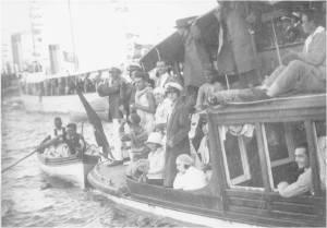 1930'lu yıllarda Kürek yarışlarına gidilen bir motordaki yarışçılar ve taraftarlar