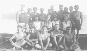 1930'lar. Denizcilik Şubesi Baş Kaptanı Mecdi Hüsam Bayan ve erkek kürekçilerle...