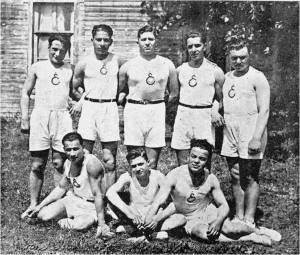 1932 kıdemli kürekçilerimiz Ayaktakiler Hayri Tokatlıgil-Emin Dırvana-Hayri Demir-Veli Rıza Kurt-Şeref Hüsam-Adil Nuri-Bülent R.Osma-Suphi Yalter