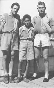 1943 yılında iki çifte ekibini oluşturanlar soldan sağa Sıvıryacı Reha İren - Serdümen Sadi Karabulut hamlacı Petro Fanaryotis Bebekteki lokalde.