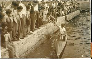 1957, Beykoz, Ünal Yaman Birincilik Kupasını ve Bayrağını alırken