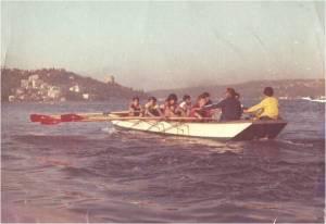 1976. Emin Gezgöç kürek sporuna yeni başlayan gençleri eğitirken.
